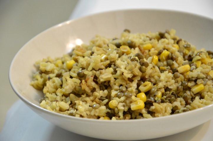 אורז מלא עם עדשים ותירס