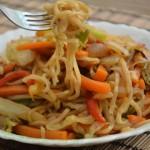 אטריות אורז מוקפצות עם ירקות
